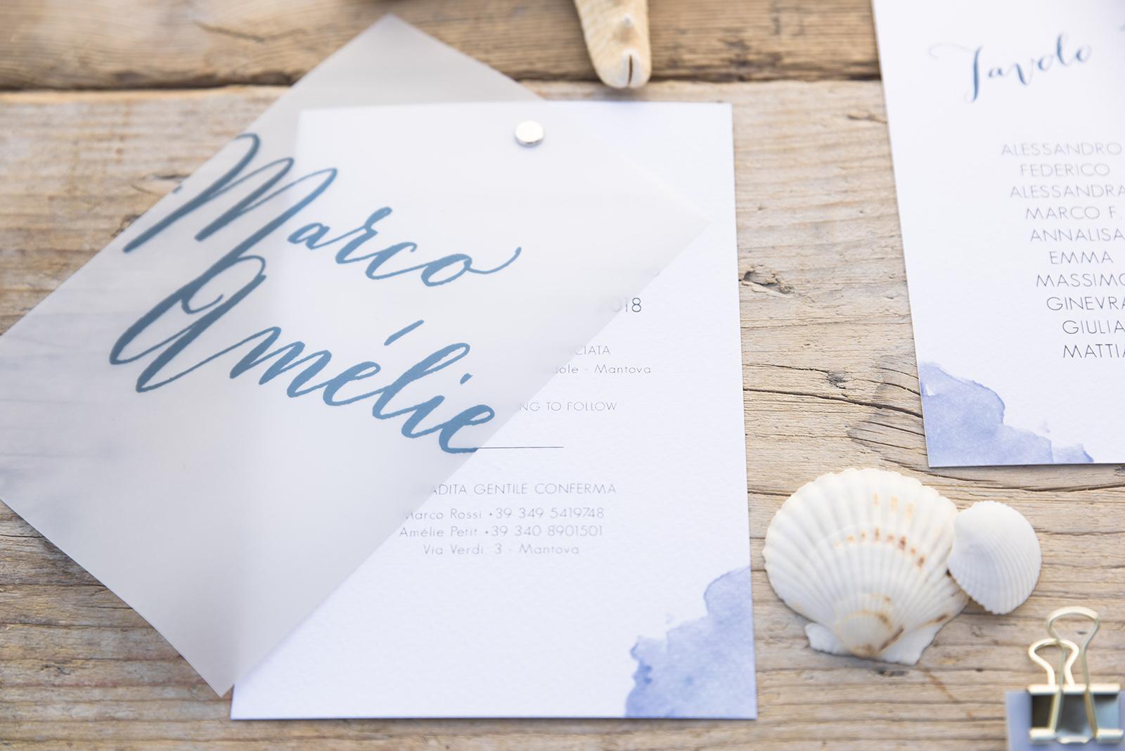 Mugga Design partecipazione Niagara blu mare conchiglie logo monogrammed nomi sposi in carta vegetale