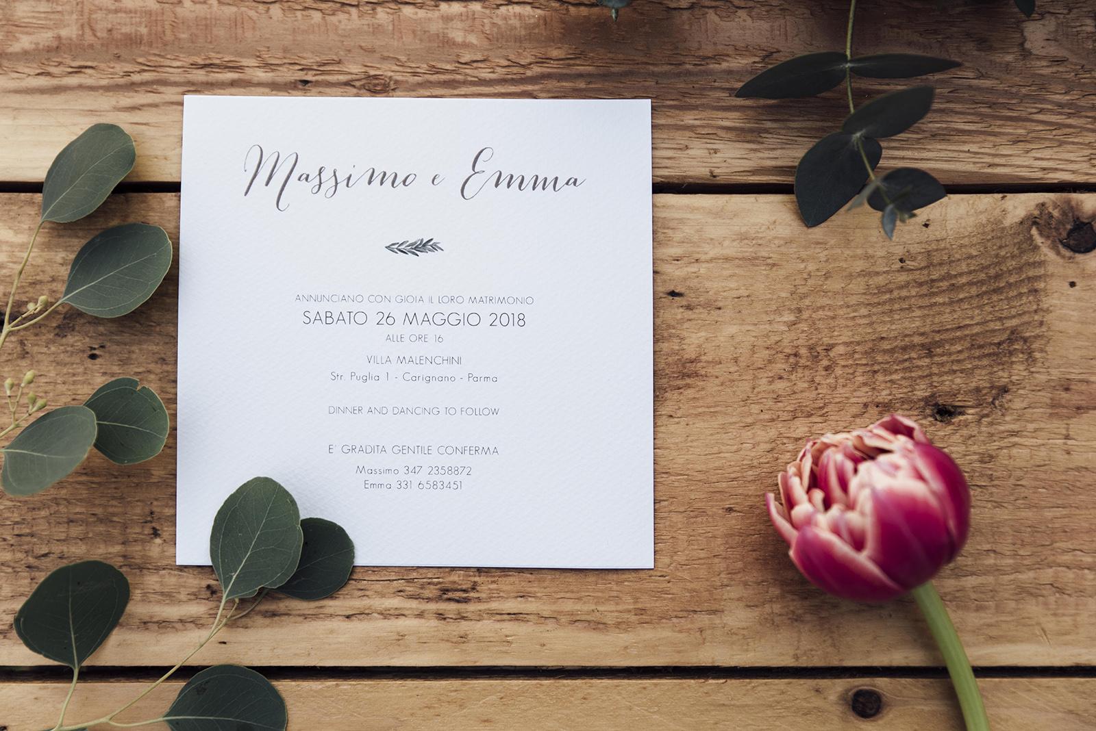 Mugga Design partecipazione con ulivo illustrato a mano personalizzabile fiori ed eucalipto sullo sfondo in legno